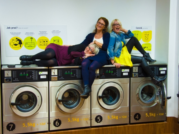 Fantastisk FOTOSHOOT inne på et vaskeri med mine venninner, Elin & Anita i Krakow :-D